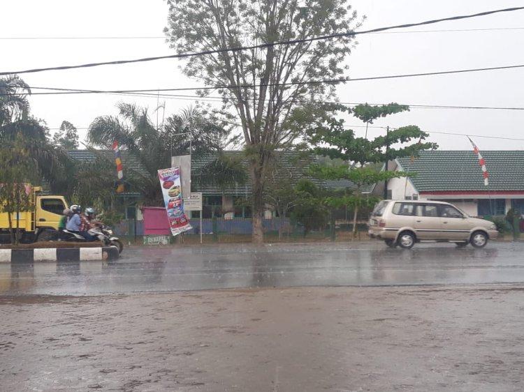 Kota Jambi Diguyur Hujan, Begini Reaksi Masyarakat