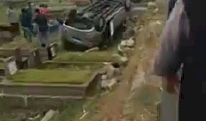 VIRAL! Lakalantas, Mobil Tindih Makam di TPU