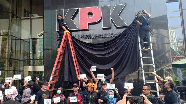 Protes! Pegawai KPK Gelar Aksi Tutup Logo KPK