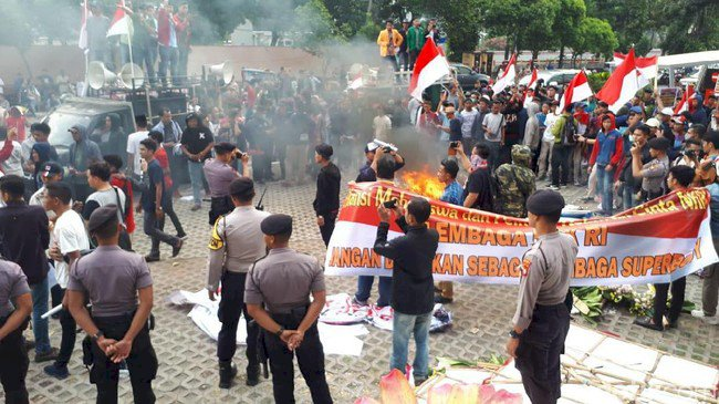 Demo di KPK Ricuh, Bakar Karangan Bunga dan Copot Kain Hitam
