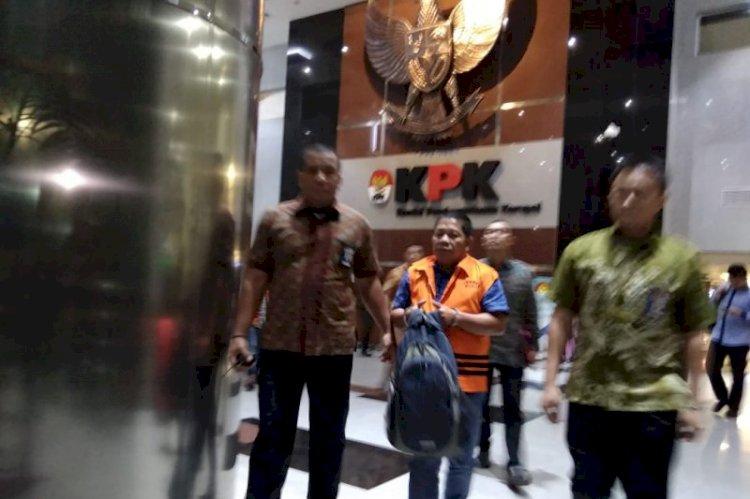 Tangan Diborgol, KPK Tahan 3 Tersangka Kasus Suap Bupati Bengkayang