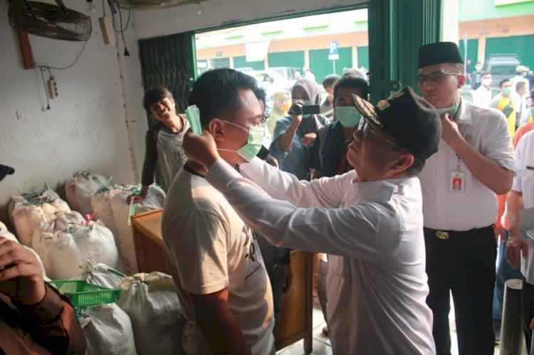 Gubernur Fachrori Bagikan 5.000 Masker ke Masyarakat dan Pedagang Angso Duo