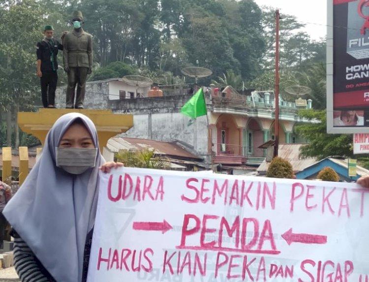 Protes Kabut Asap, HMI Bangko Pasangi Masker ke Patung HM Kamil