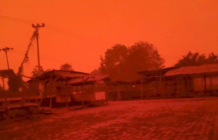Darurat Asap, Siang Terasa Malam Kumpeh Jambi Memerah Dikepung Asap