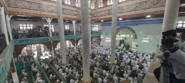 Ribuan Jamaah Ikuti Pemakaman Tuan Guru KH Abdul Halim Kasim
