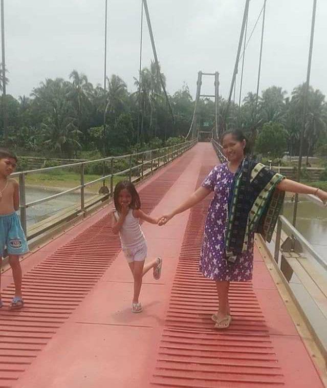 """Jembatan """"Merah"""" Gantung Lubuk Niur Viral, Dulu Rusak Berat Kini Jadi Tempat Swafoto"""