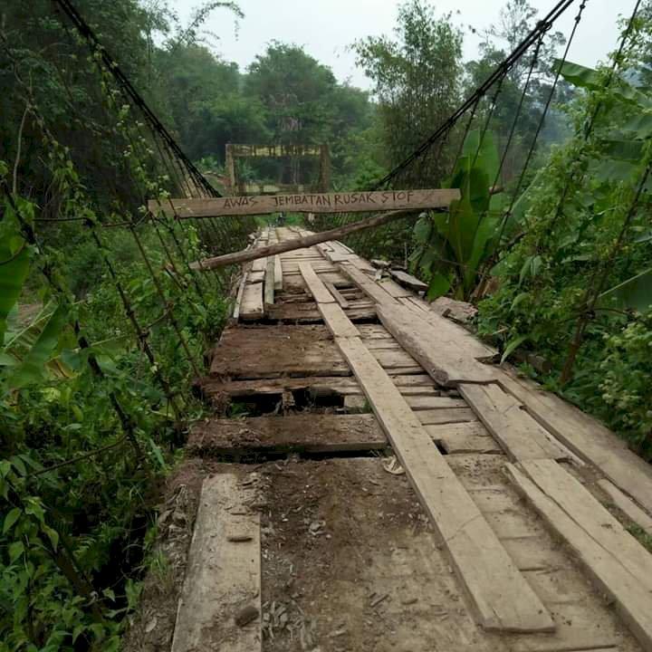 Jembatan Nyaris Putus, Warga Renah Kemumu Bertaruh Nyawa Seberangi Sungai