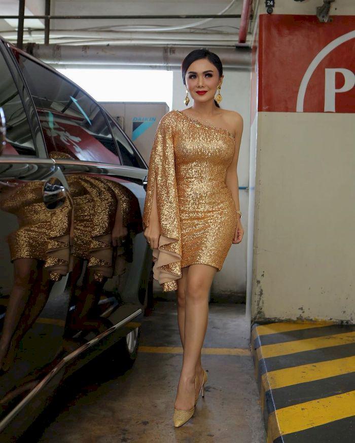 Viral Yuni Shara Tampil Super Seksi Pakai Mini Dress Warna Emas